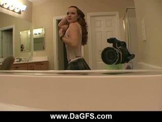 Meaghans schoolmeisje striptease tonen