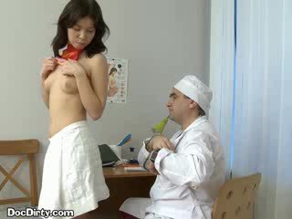Brunetka lets jej doktor spread jej puss