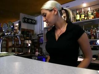 Barmaid lenka nailed em o bar para dinheiro
