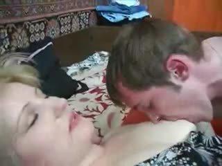 ناضج موم seduces ليس لها ابن