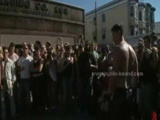 Publiek plaza met stripped men prepared voor wild coarse violent homo groep seks