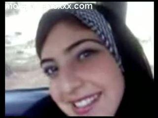 Gira árabe jovem grávida exposição tetas em carro