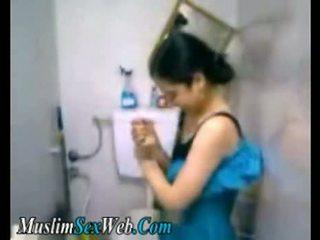 Egípcia gf fingered em quarto de banho