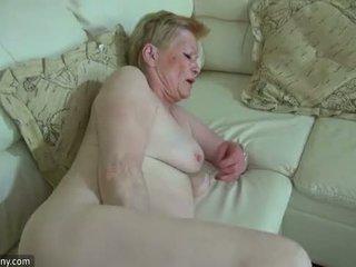 Oldnanny geil oud oma met schattig meisje masturbate samen