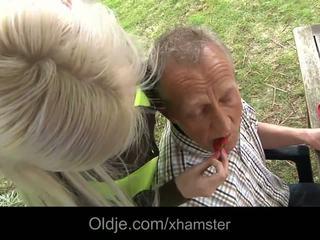 Bagātie vecs vīrietis jāšanās viņa krūtainas blondīne skaistule