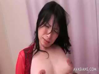 Dāma uz sarkans satīns gets anāls iedīdītas