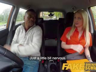 Fake driving skola garš melnas dzimumloceklis pleases krūtainas blondīne