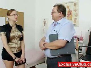 Mollig amateur meisje met bril fingered door gyno