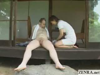 Japānieši apģērbta sievete kails vīrietis countryside dzimumloceklis uzkopšana pakalpojums ar krūtainas meitenes