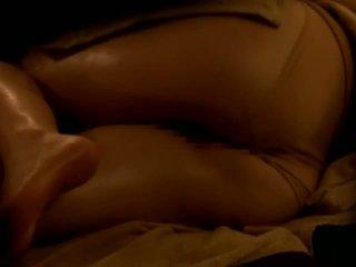 Reluctant アジアの 妻 ファック バイ 彼女の masseur 上の スパイ カム