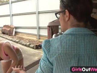 Australisch meisjes licking poesje in de garage