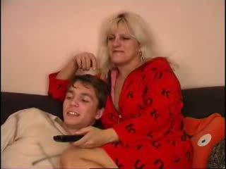 Мама і син спостереження телебачення на диван