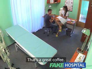 Fakehospital seksualu seselė daro doctors sūnus sperma twice