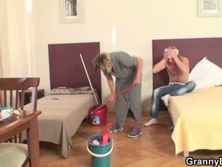 Почистване дама takes негов възбуден хуй от зад
