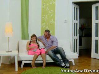 Anna sits quietly 在 她的 性感 粉紅色 outfit 和 looks 性感 waiting 為 她的 男人