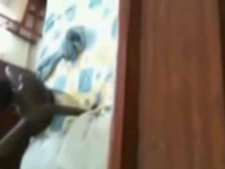 Heet ebony pop betrapt masturberen door een venster peeper