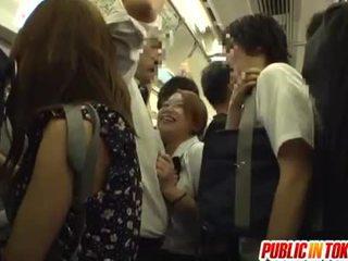Nư sinh gives một handjob trên các xe buýt