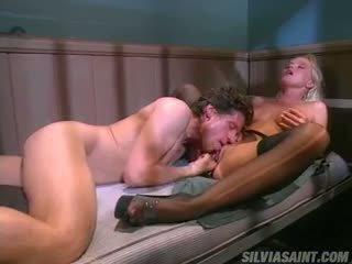 Silvia saint în spatele bars