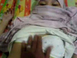 Aasialaiset tyttö sisään hijab haparoi & preparing kohteeseen olla seksi