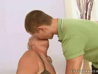 Rasva mummo enjoys seksi kanssa a pojat