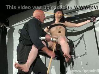 Crossed verdzība zīle tortures un seksuāls dominēšana no kliedzošas brunete fetišs