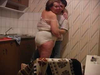 बेटा fucks मां पर the किचन
