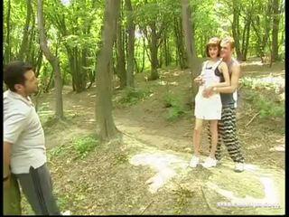 Margot, مجموعة من ثلاثة أشخاص في ال grass
