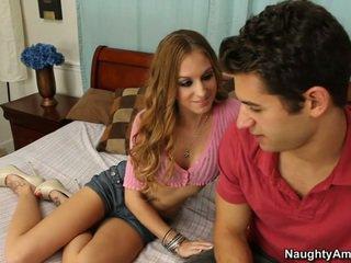 Hon gets det när han spreads henne benen