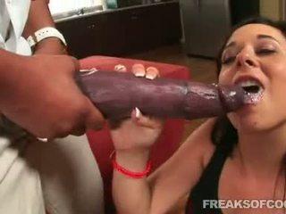 Soaked porno floozy aarielle alexis stuffs henne munn med en monster penis