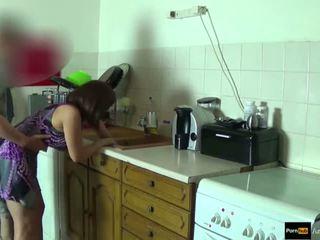 Step-mom kracht geneukt en krijgen creampie door step-son terwijl ze is stuck