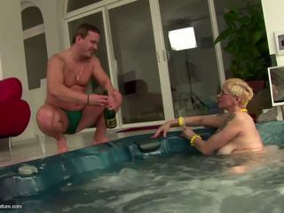 Inetu küpsemad lits emme drinks pee ja gets anaal: tasuta porno 11