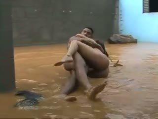 Cazzo in gola profonda in il pioggia.