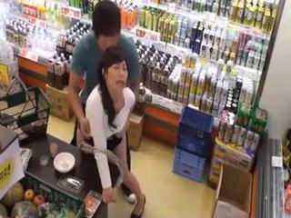 Çfarë është the emër i the i fundit vajzë? nxehtë aziatike adoleshent publike amatore seks në dyqan