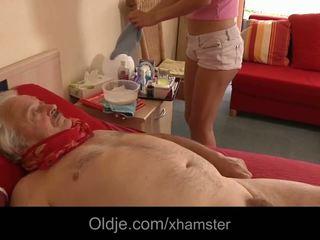 Άτακτος/η νοσοκόμα takes πλεονέκτημα του άρρωστος γριά άνθρωπος γαμήσι