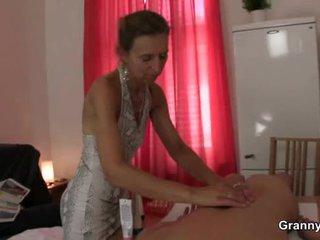 老 masseuse gets 她的 毛茸茸 抢夺 pounded