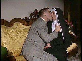 Срамежлив монахиня gets тя дупе прецака и лице spermed