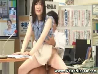 Azijietiškas naujienos reporter getting pounded ir loves tai