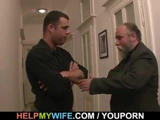 老 男人 pays 他 到 他媽的 他的 年輕 妻子
