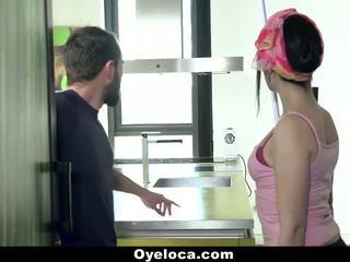 Oyeloca - 拉丁 cleaner cleans 房子 和 公雞!