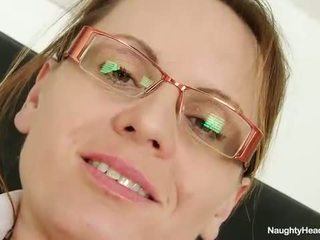 Harig mam wears bril en verpleegster uniform