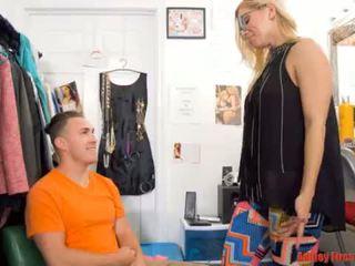 Maman works à une strip club (modern tabou famille)