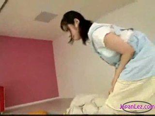 Aziatisch meisje masturberen terwijl licking vingeren slapen u
