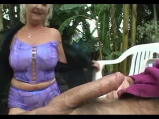 جدة anastasia مارس الجنس بواسطة شاب رجل