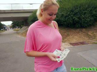 Euro amateur flashes haar bigtits voor cash