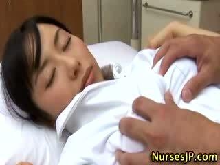 일본의 아시아의 간호사 모색 로 그녀의 환자