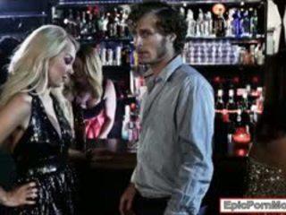 Sexy blondýna hottie aaliyah láska stuffed v the klub