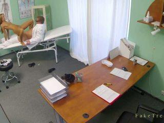 مثالي امرأة سمراء فتاة كس مارس الجنس بواسطة الطبيب