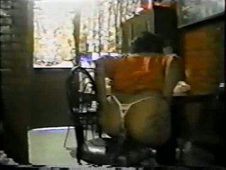 Mexicana asiendo anaali con un palo de escoba