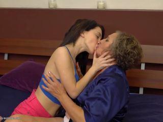 Curly harig rijpere mam fucks jong dochter: gratis porno 66
