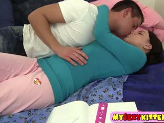חזה גדול ponytailed נוער nailed ב the חדר שינה